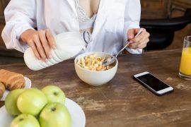 Běžné, vysokokalorické snídaně a jejich zdravější alternativy